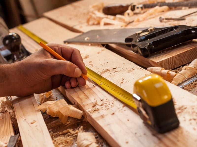 Persona reparando estructura de madera